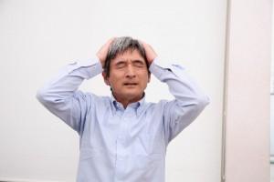 髪の毛トラブルに悩む中年男性