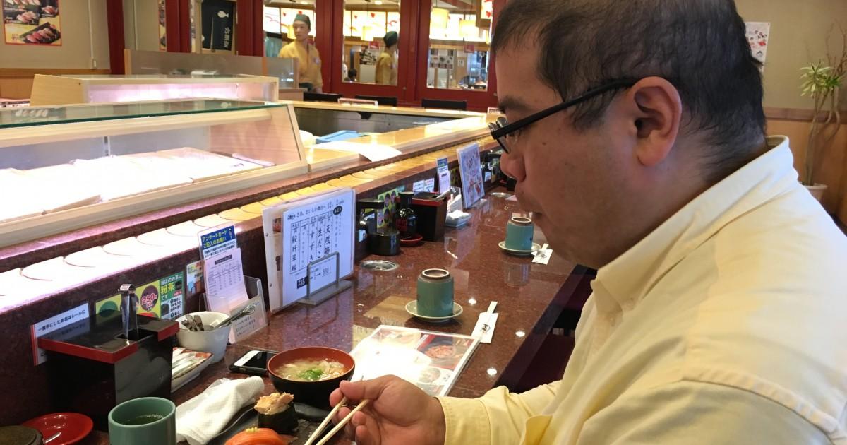 好物の寿司を食べて上機嫌なハゲ部部長(仮)