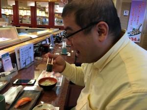 薄毛に悩むハゲ部部長(仮)がご機嫌に寿司を食べる