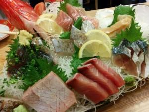 地魚を中心とした新鮮魚介の刺身盛り合わせ