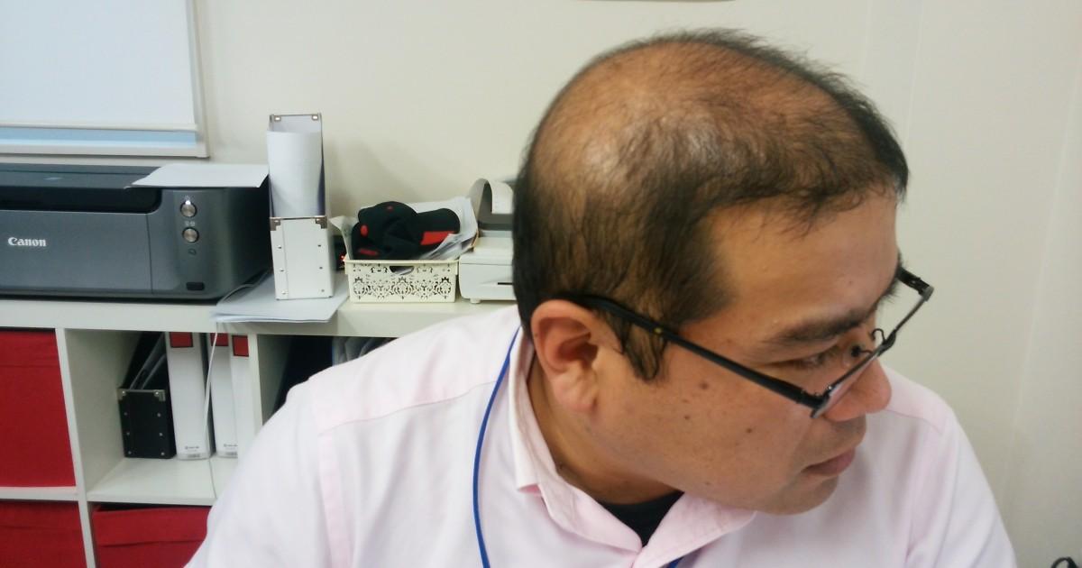 薬用育毛剤オメガプロのランディングページを見るハゲ部部長(仮)