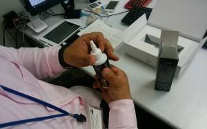 薬用育毛剤オメガプロを取り出すハゲ部部長(仮)