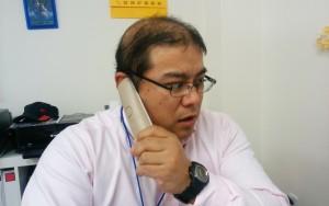 急な電話に対応するハゲ部部長(仮)