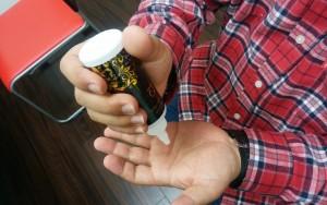 薬用育毛剤オメガプロを手に出すハゲ部部長(仮)