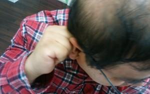 自分の頭の重さを利用し襟足の生え際部分の頭皮マッサージをするハゲ部部長(仮)
