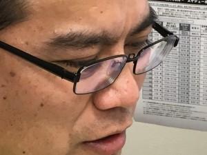 頭皮マッサージの記事を読んで薄毛を改善しようとするハゲ部部長(仮)